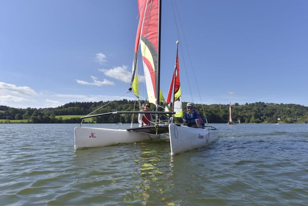 Catamaran en famille sur la lec d'Aydat - Henri Derus©