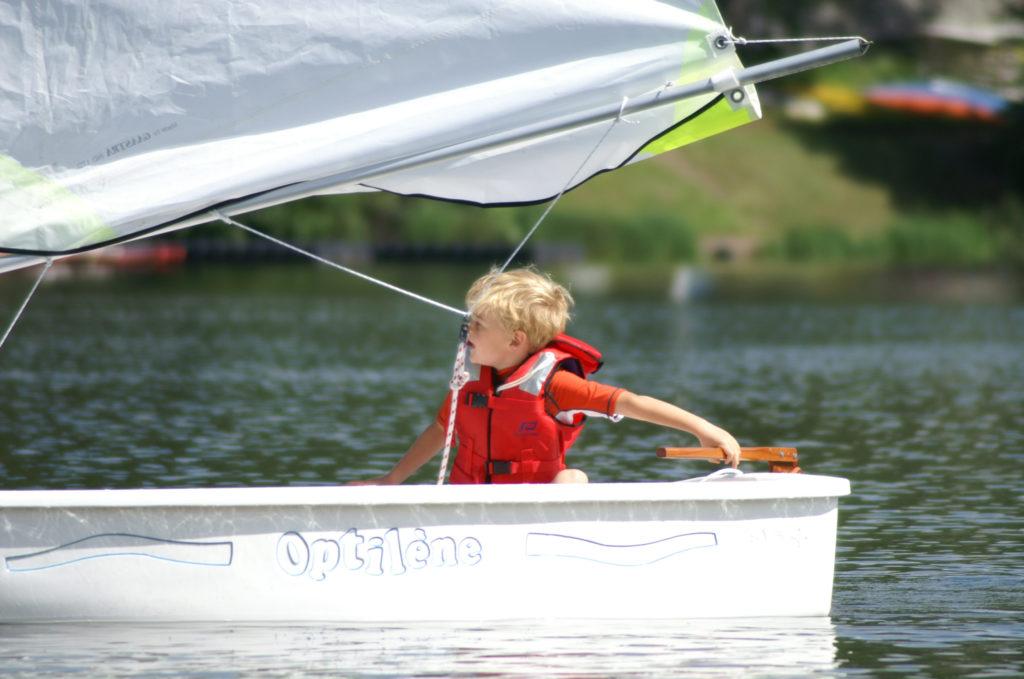 Séance optimist pour accueil de loisirs sur le lac d'Aydat - Mond'Arverne Tourisme©